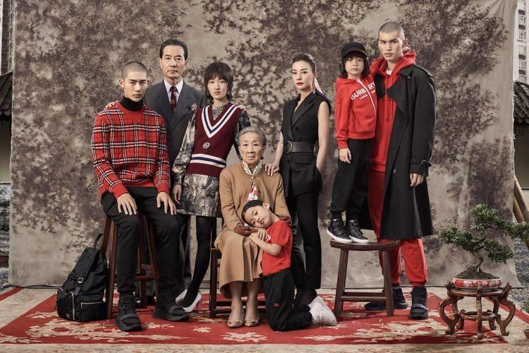 Zhao Wei & Zhou Dongyu Bintangi Kampanye Iklan Burberry Koleksi Imlek