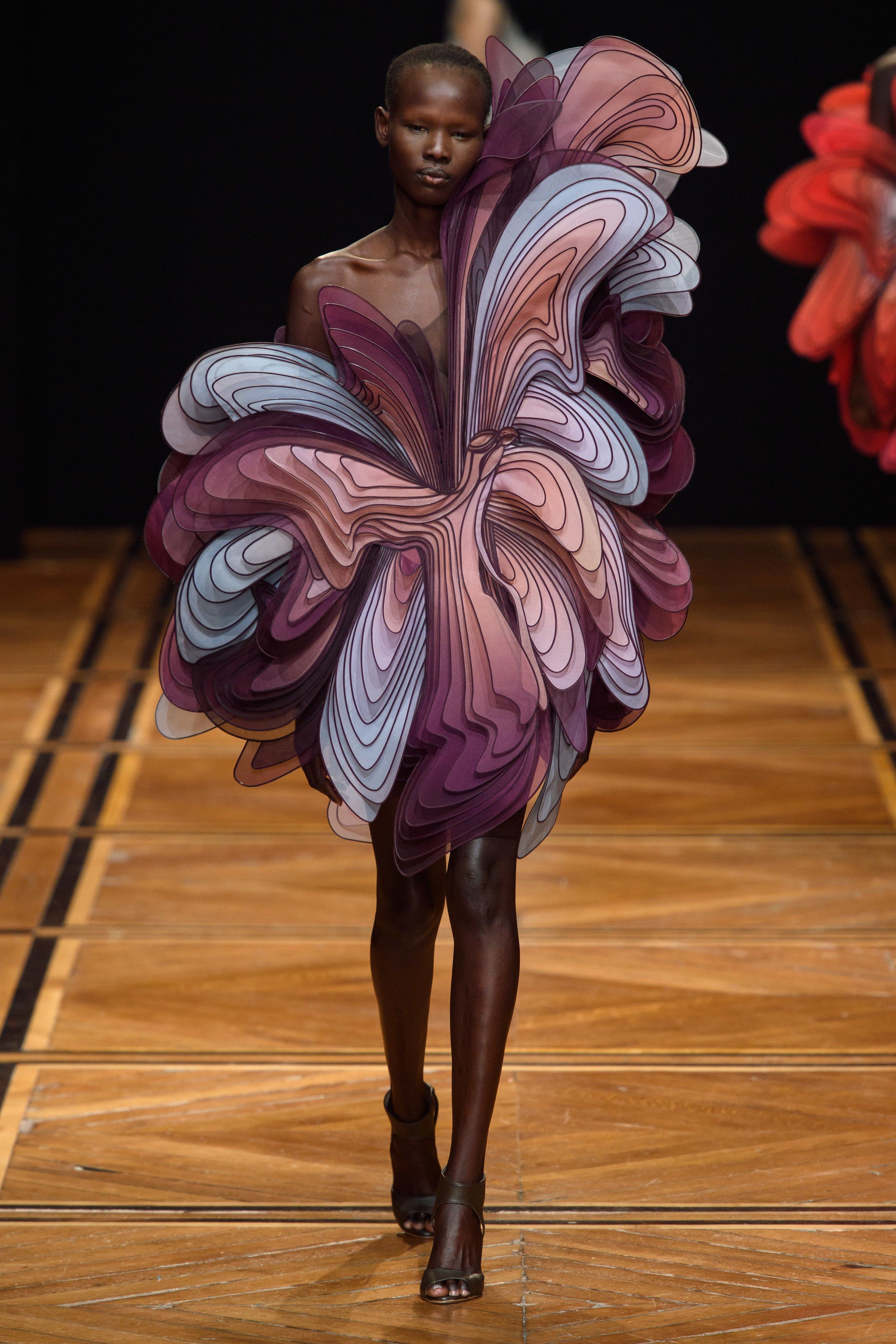 Iris van Herpen Tampilkan Busana Haute Couture yang 'Mind Blowing'