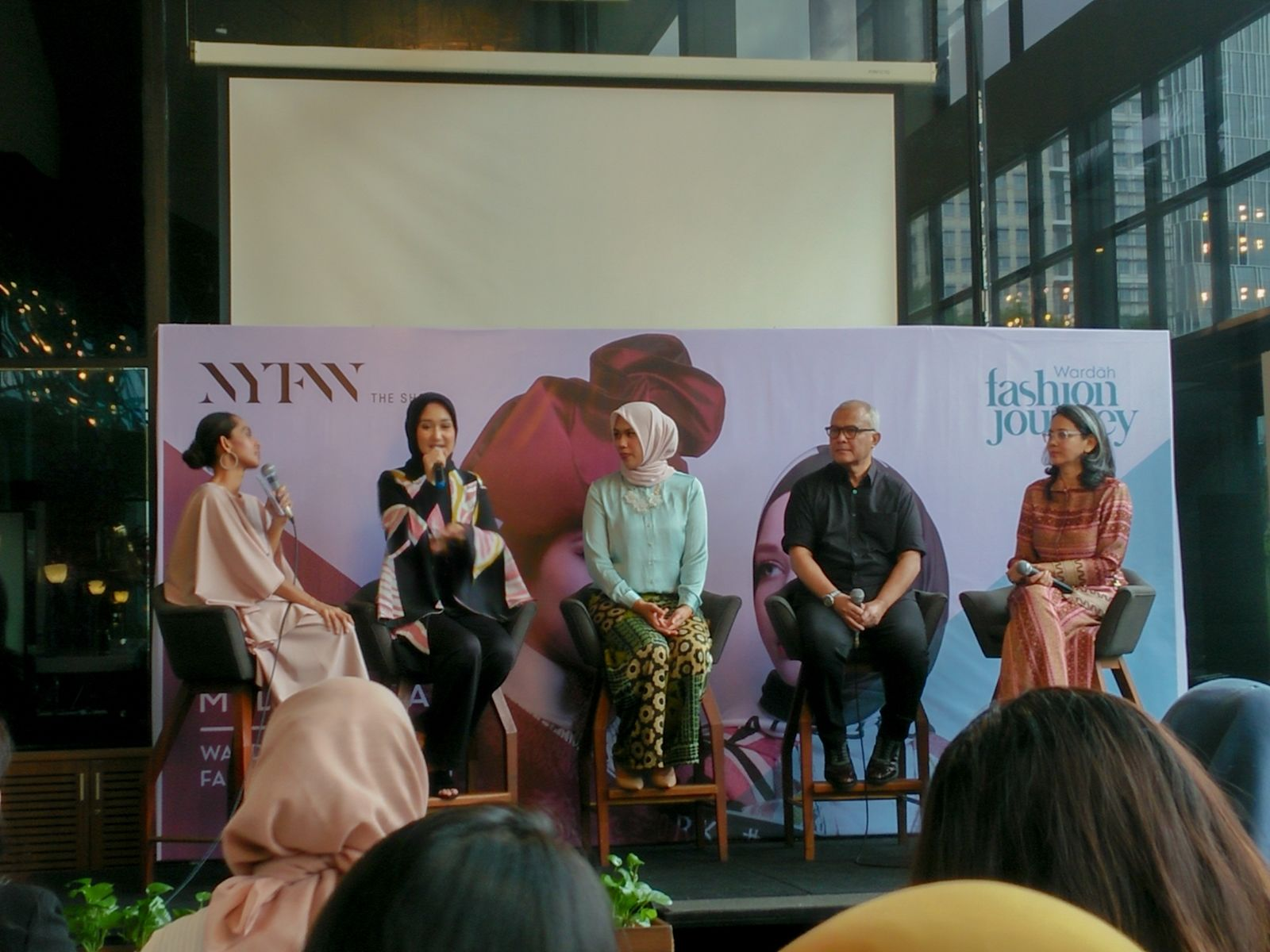 Dian Pelangi & Itang Yunasz Bawa Koleksi Modest Wear di NYFW 2019