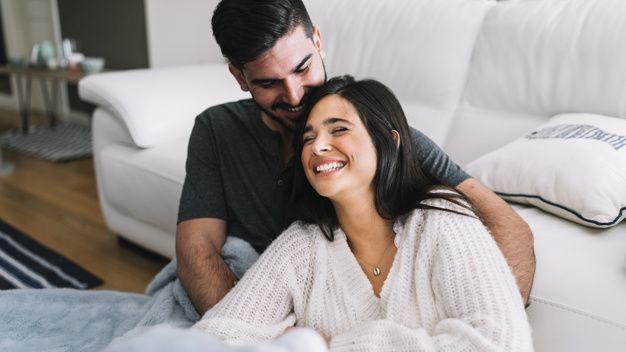Pikirkan 6 Dampak Negatif Ini Dulu Sebelum Mengecek Ponsel Pasangan