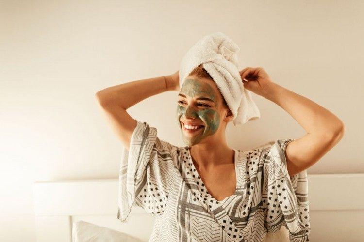 5 Alasan Cewek Bertahan dengan Clay Mask, Bikin Jatuh Cinta Sih