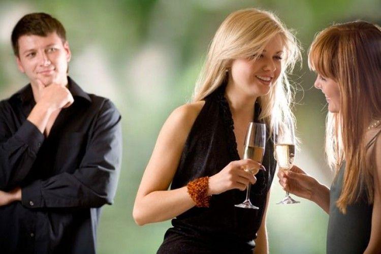 15 Tanda Kalau Pasangan Kamu Sedang Naksir Temanmu Sendiri