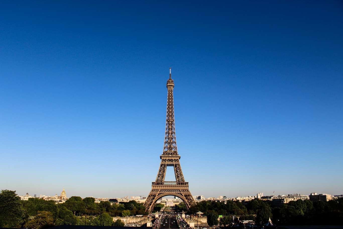 Pelanggaran! Mengunggah Gambar Eiffel di Media Sosial Menyalahi Hukum?