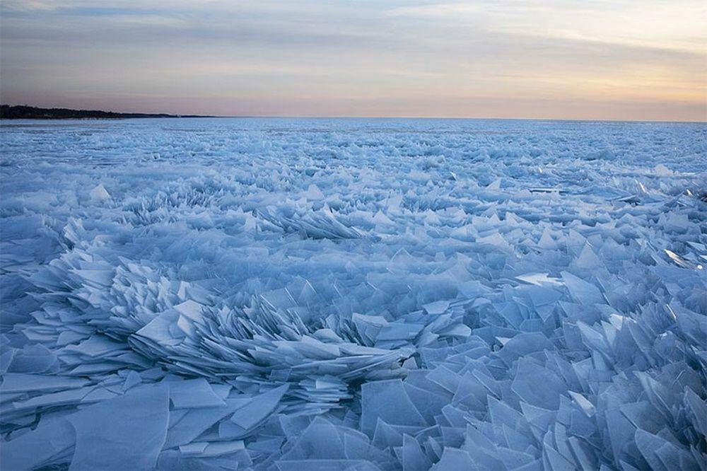 Cuaca Ekstrem, Danau Michigan Berubah Menjadi Ladang Pecahan Kaca
