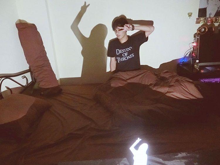 Kocak! 7 Foto 'Manipulasi' Laki-Laki Single Supaya Dikira Punya Pacar