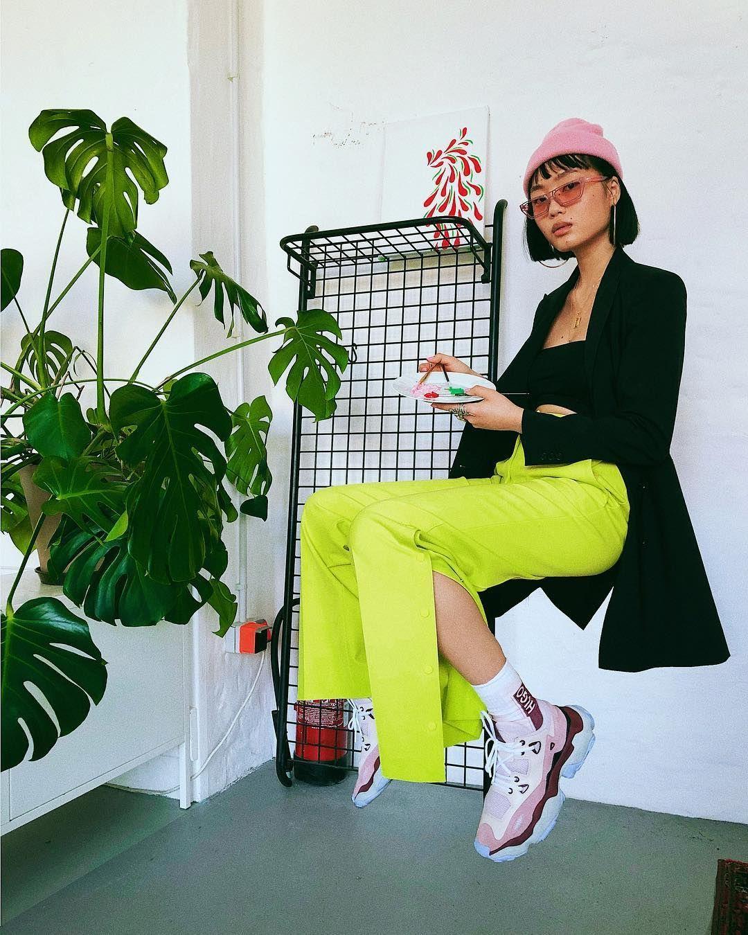Nggak Akan Kelihatan Norak, Ini 5 Cara Keren Pakai Busana Warna Neon