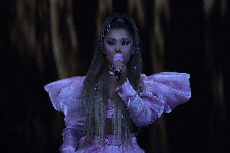 Ariana Grande Rilis Koleksi Sweater Limited Edition, Tertarik Beli??