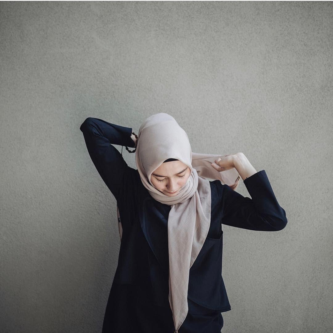 Mudah Ditiru! Simak Tutorial Hijab Segi Empat Simple A la Mega Iskanti