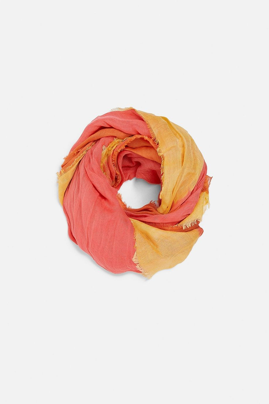 Tampil Trendi di Bulan Puasa, Andalkan 7 Hijab Print Scarf Yuk!