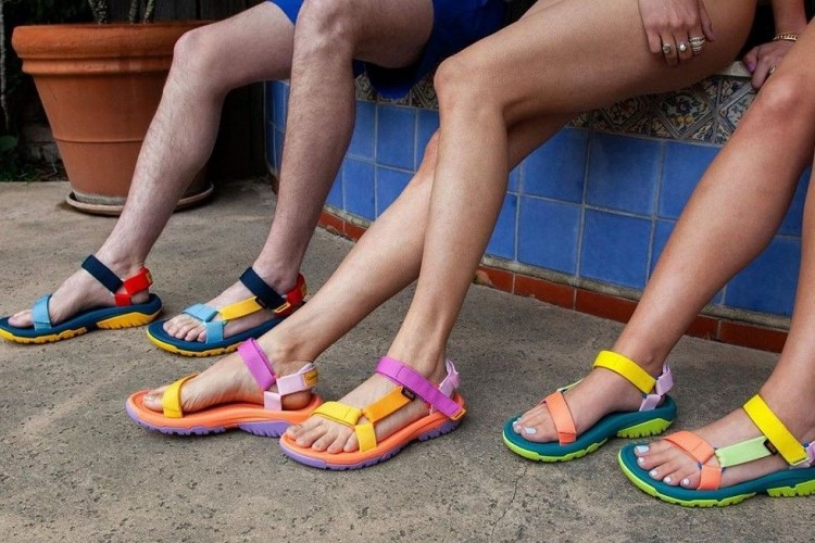 Outdoor Voices x Teva Rilis Sandal Playful untuk Dipakai ke Pantai