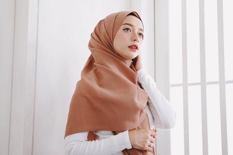 5 Cara Pakai Hijab Pashmina Simple yang Mudah Ditiru untuk Sehari-hari