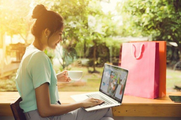 Ada 11 Fakta Unik Saat Cewek Belanja Online, Pernah Melakukannya?