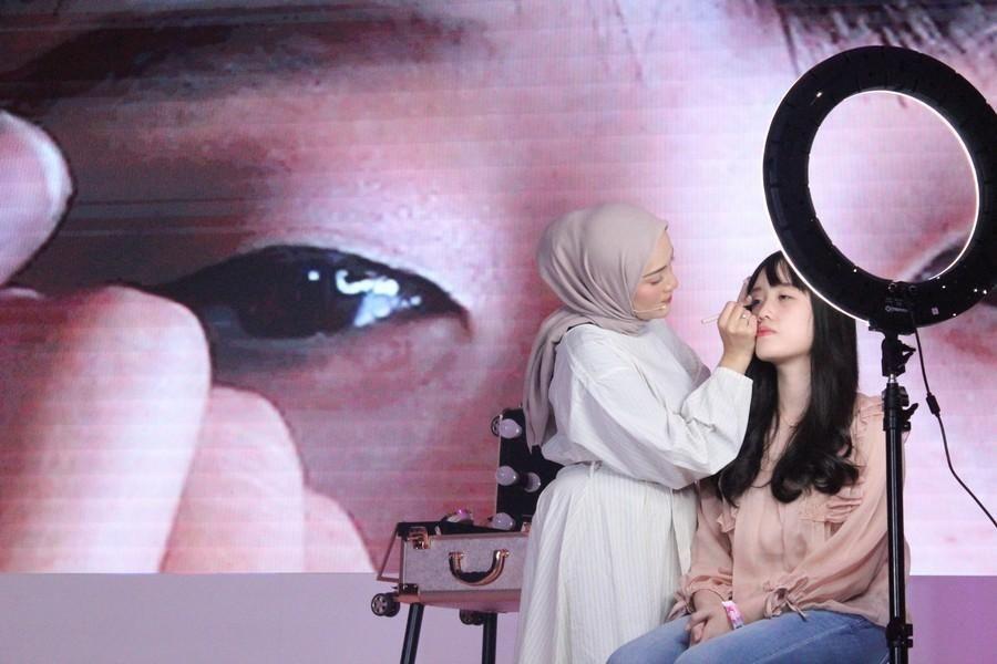 Flawless Banget! Ini 5 Hacks Eye Makeup Ala Ashry Rabbani