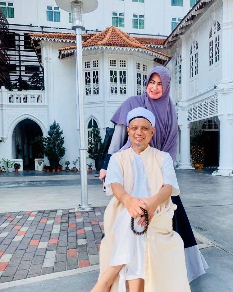 10 Potret Harmonis Mendiang Ustaz Arifin Ilham bersama Keluarga