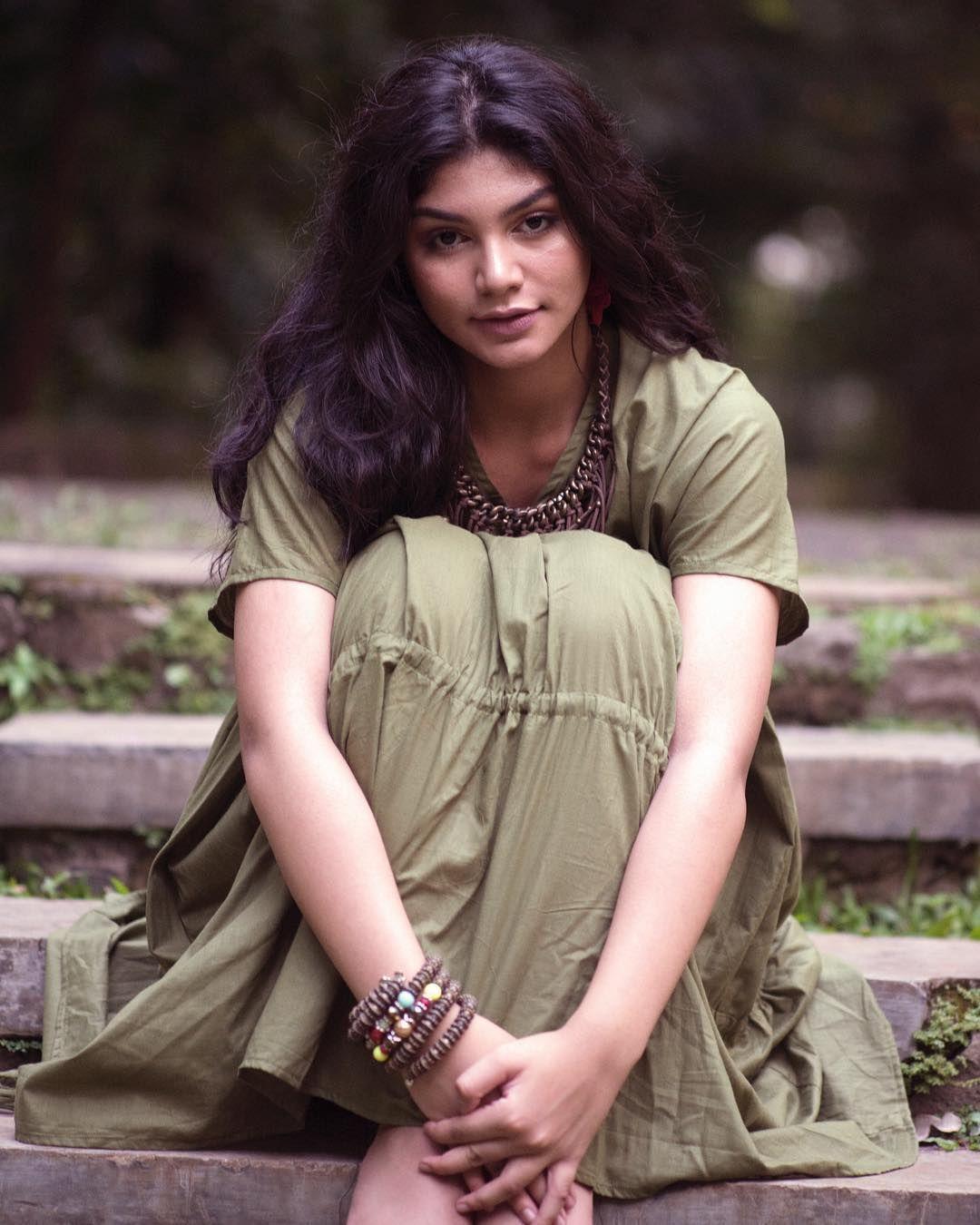 Raih Best National Costume, Ini Perjalanan Karier Jihane Almira