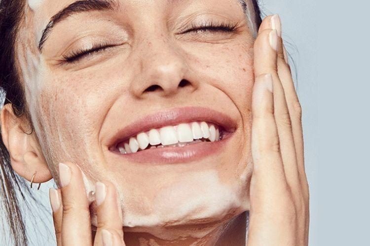 5 Rekomendasi Sabun Pencuci Wajah untuk Kulit Kering