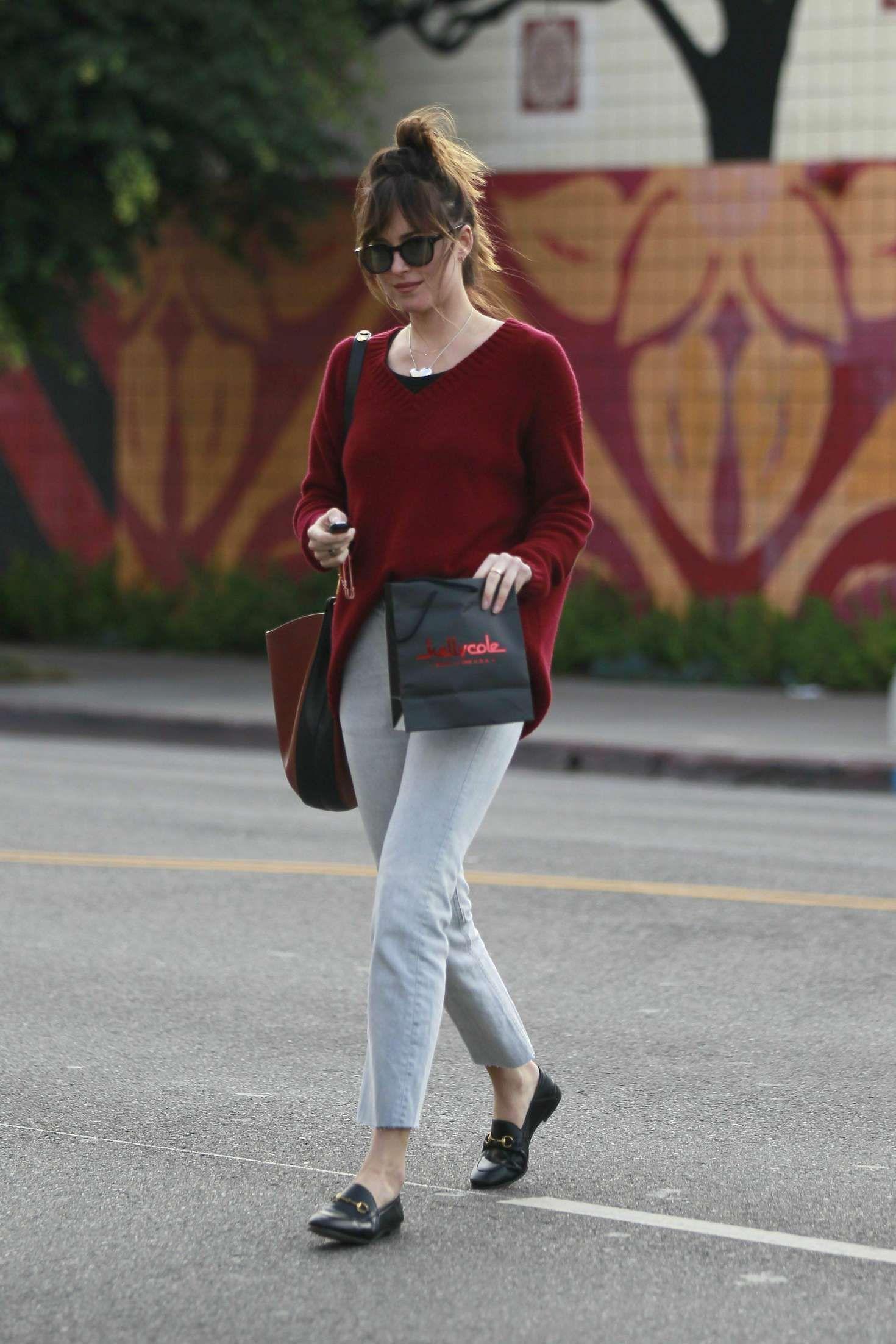Paduan Warna yang Cocok dengan Merah Maroon untuk OOTD yang Lebih Hits