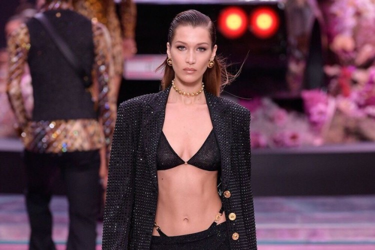 Bella Hadid Pamer Pakaian Dalam Di Show Versace Menswear SS20