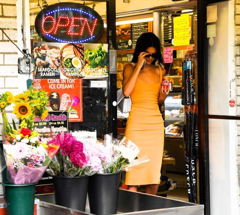 Seksi Memakai Dress Orange, Kendall Jenner Diduga Ada 'Modus' Ini