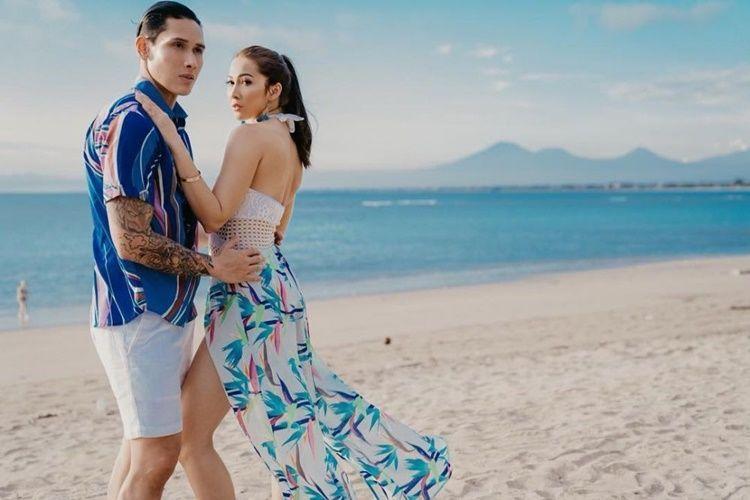 Hot Couple! 9 Potret Seksi nan Mesra Ganindra Bimo dan Andrea Dian