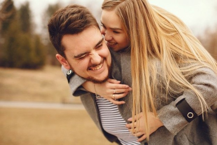 10 Lagu Romantis yang Patut Kamu dan Pasangan Dengar Selama Honeymoon