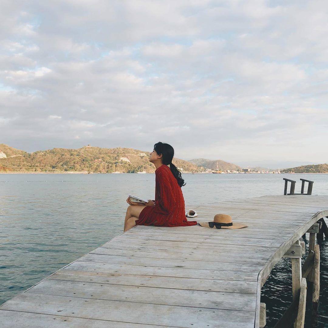 Potret Anti Mainstream Maudy Ayunda Saat Liburan di Labuan Bajo