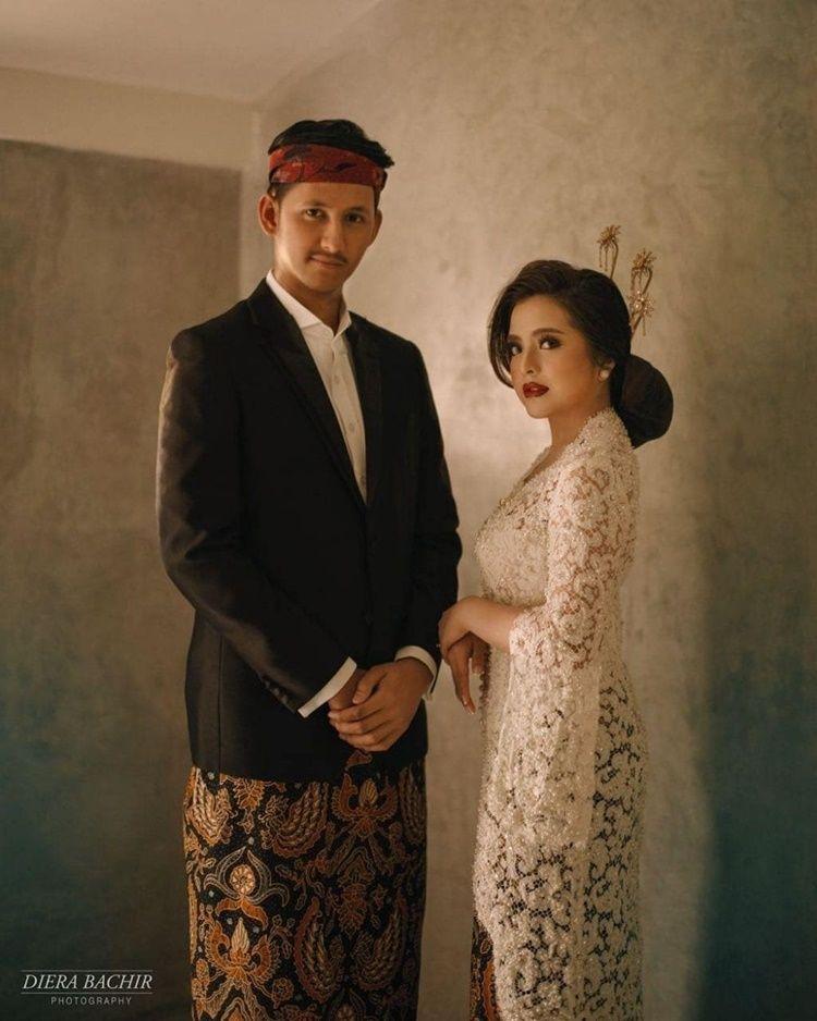 10 Foto Pre-Wedding Artis Bertema Indoor, Sederhana Tapi Keren!