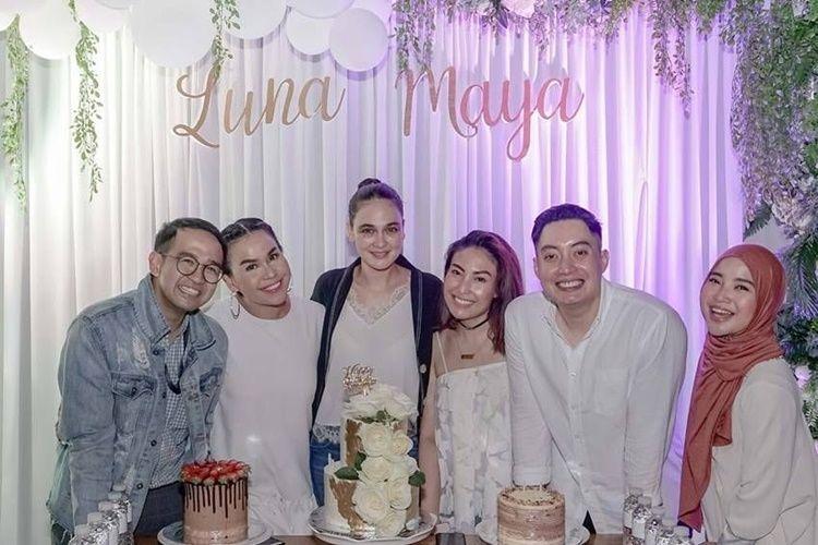 Saling Dukung, Intip 10 Gaya Persahabatan Luna Maya dan Ayu Dewi