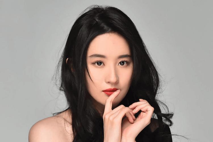 7 Potret Liu Yifei, Pemeran Mulan yang Sukses Mencuri Perhatian