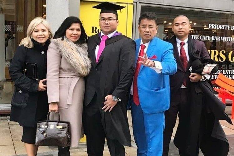 Inspiratif, Ini 8 Potret Hotman Paris Bersama Istri dan 3 Anaknya