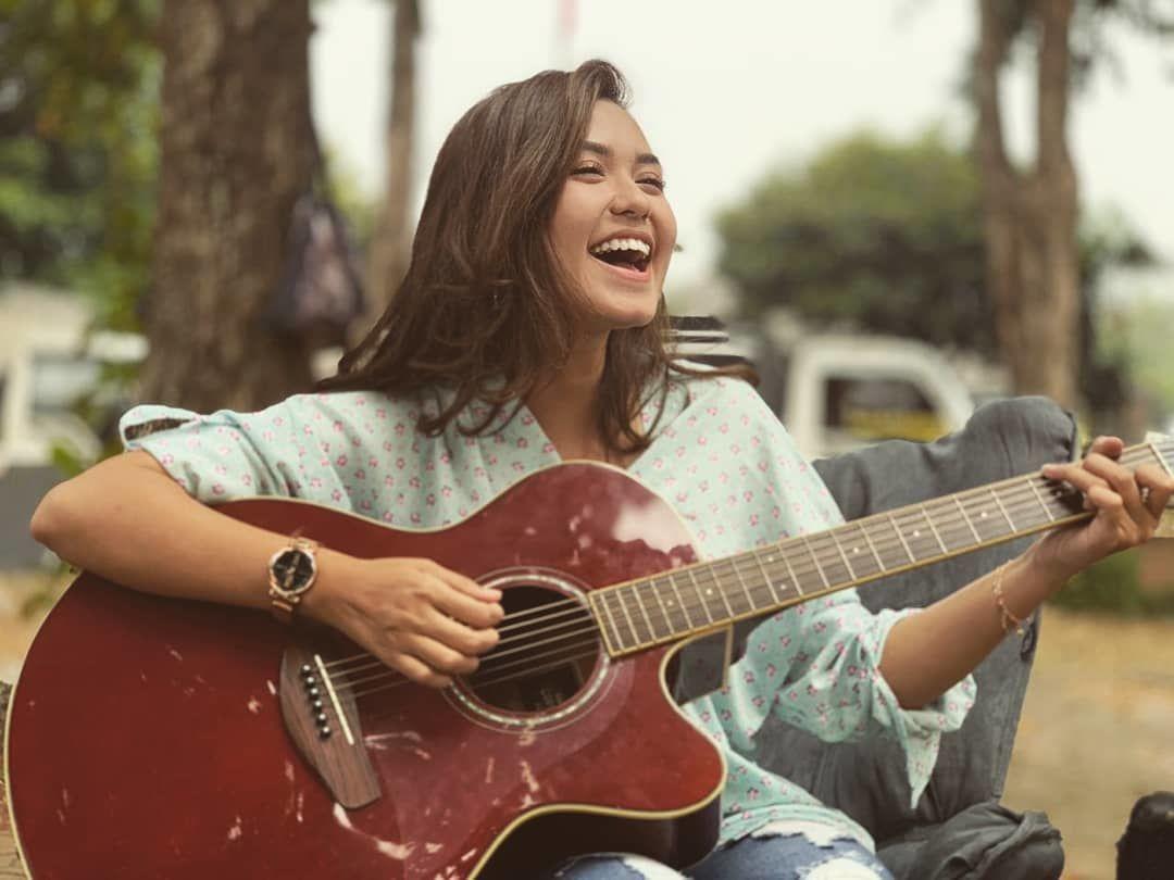 Dari Film Hingga Nyanyi, Ini Perjalanan Karier Rini Mentari