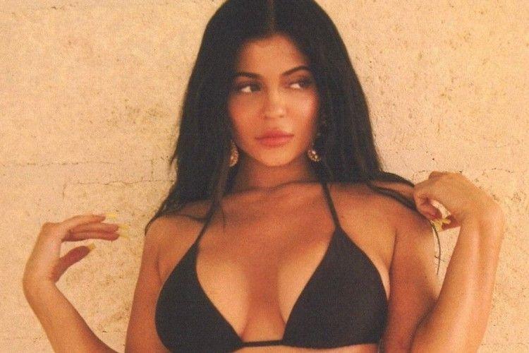 7 Gaya Seksi Kylie Jenner Memakai Bikini Saat Liburan Musim Panas