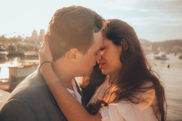 10 Manfaat Ciuman Bibir dengan Pasangan