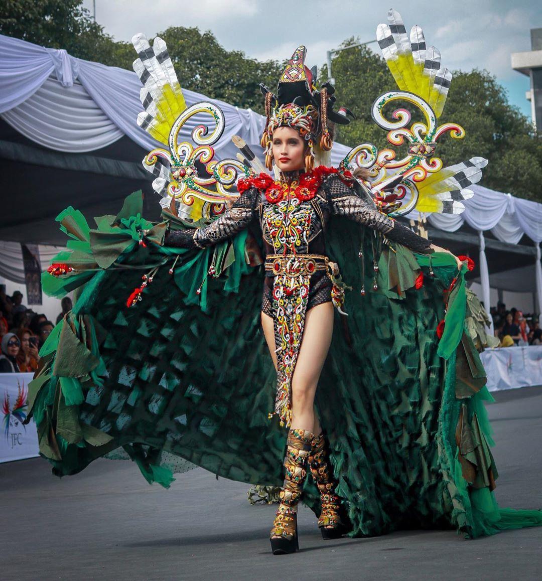 Cinta Laura Tampil 'Ekstra' di Jember Fashion Carnaval 2019