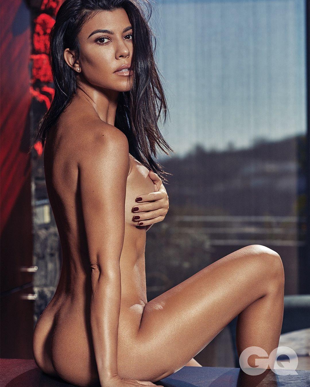 Hobi Topless, Ini Gaya Seksi Kourtney Kardashian