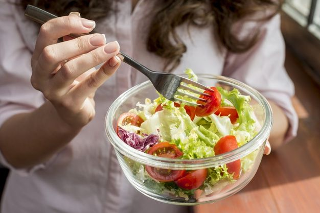 Anti Kotor, Begini Cara Menjaga Baju Putih Saat Lagi Makan