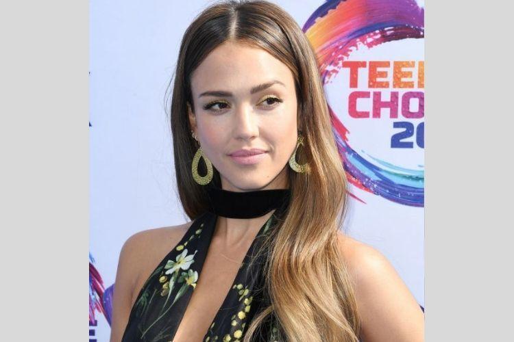 7 Gaya Makeup Seleb Hollywood yang Hadir di Teen Choice Awards 2019