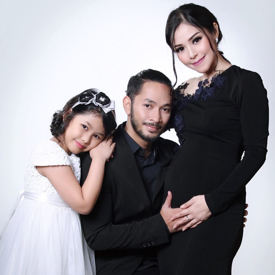 Saling Dukung, Simak 10 Potret Mesra Uki eks 'NOAH' dan Istrinya