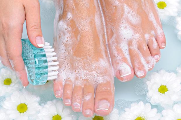 Nggak Sulit, Ini 8 Cara Cepat Mengatasi Bau Kaki yang Mengganggu