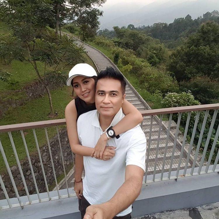 Terpaut 25 Tahun, Intip Potret Romantis Adjie Pangestu dan Istri