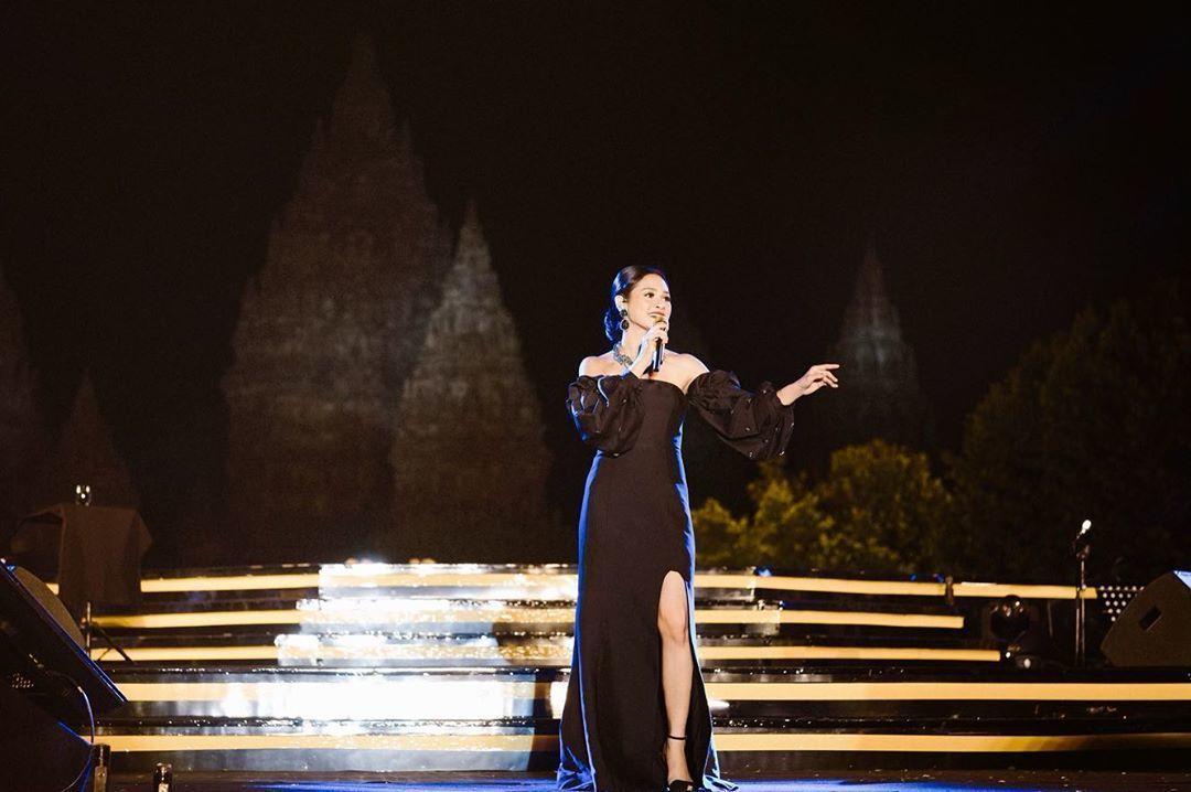 Gaya Glamor 7 Penyanyi Indonesia di Atas Panggung