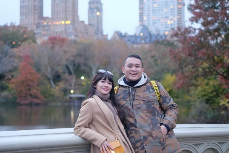 12 Potret Perjalanan Cinta Gilang Dirga dan Istri, Penuh Perjuangan!