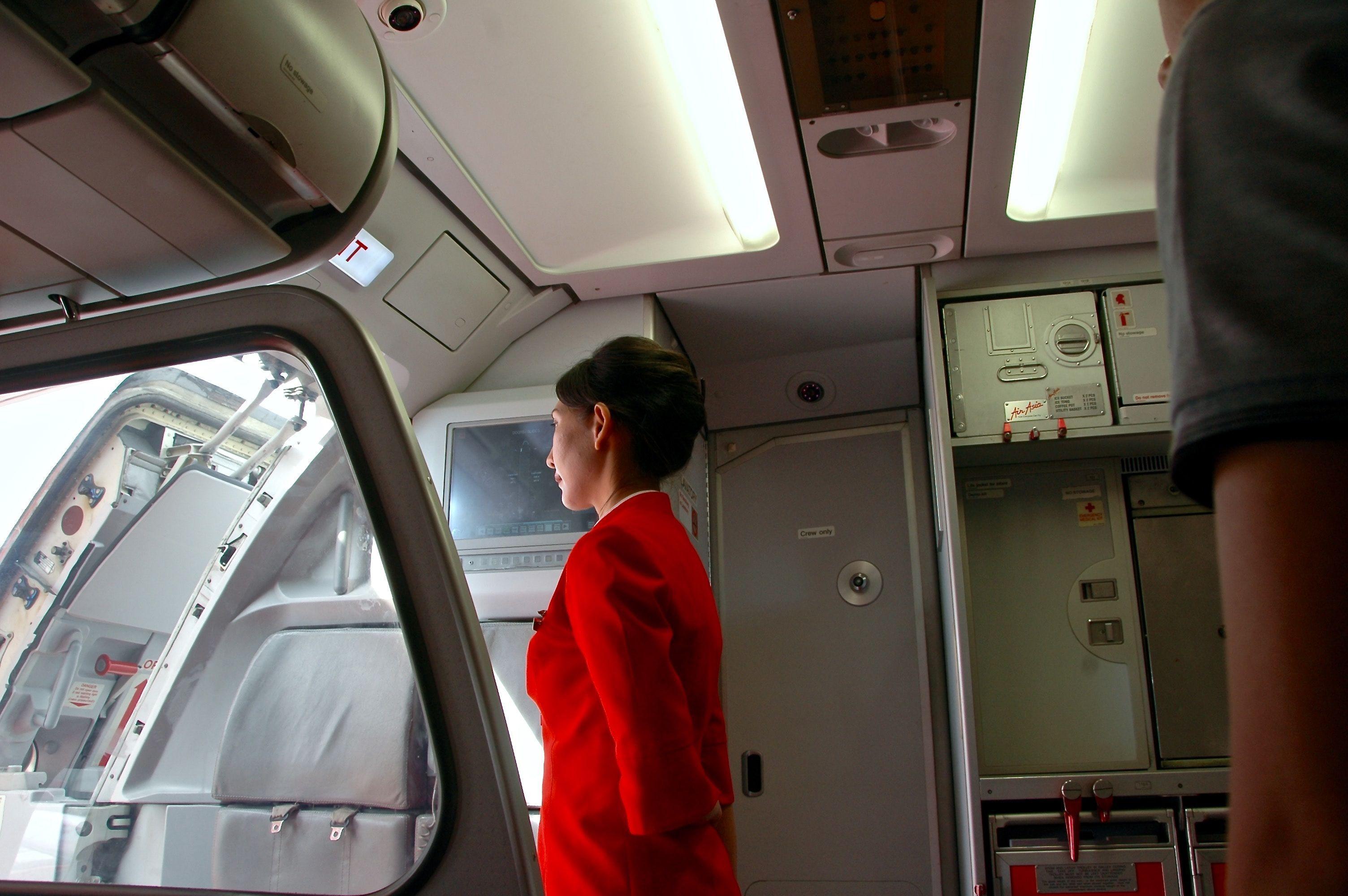 Hal yang Diperhatikan Pramugari Saat Kamu Memasuki Pesawat