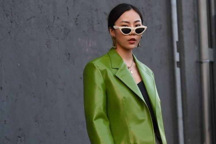 Cara Mengenakan Jaket Kulit untuk Cewek Feminin
