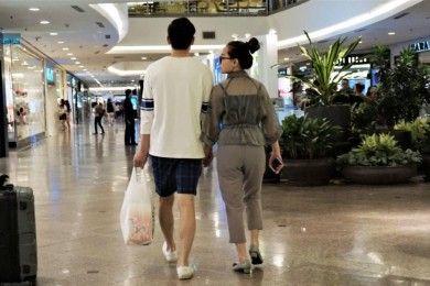 Lucu, 10 Gaya Pacaran Mall Ini Pasti Sering Kamu Lihat