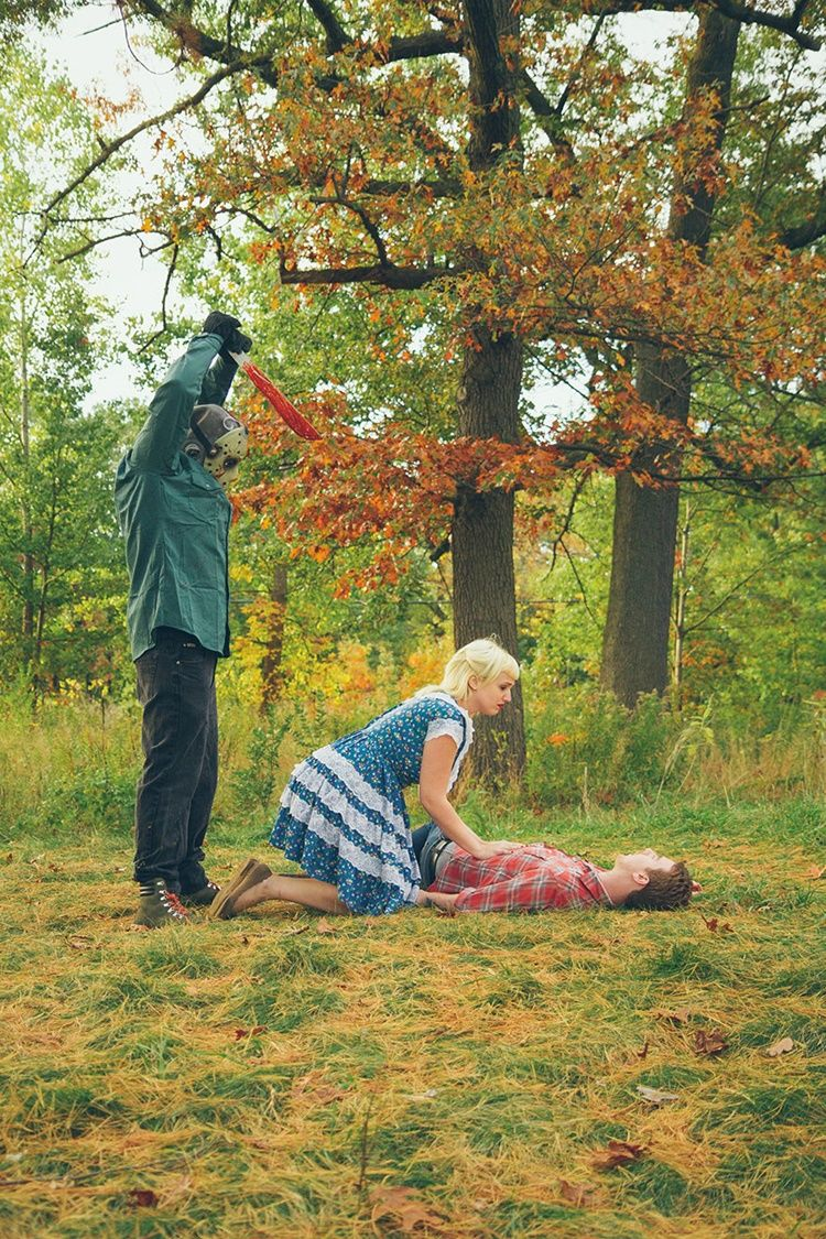 Bukan Romantis, 10 Foto Pertunangan Bertema Horor Ini Berakhir Tragis