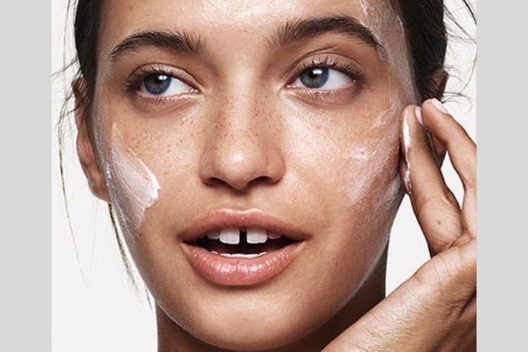 Biar Tahan Lama, Ikuti 7 Tips Makeup untuk Kulit Berminyak Ini