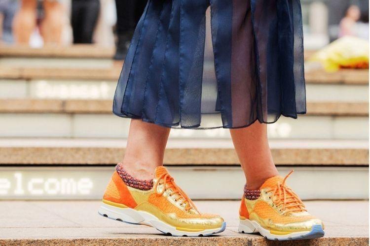 7 Cara Mix & Match Pakai Sneakers untuk ke Kantor