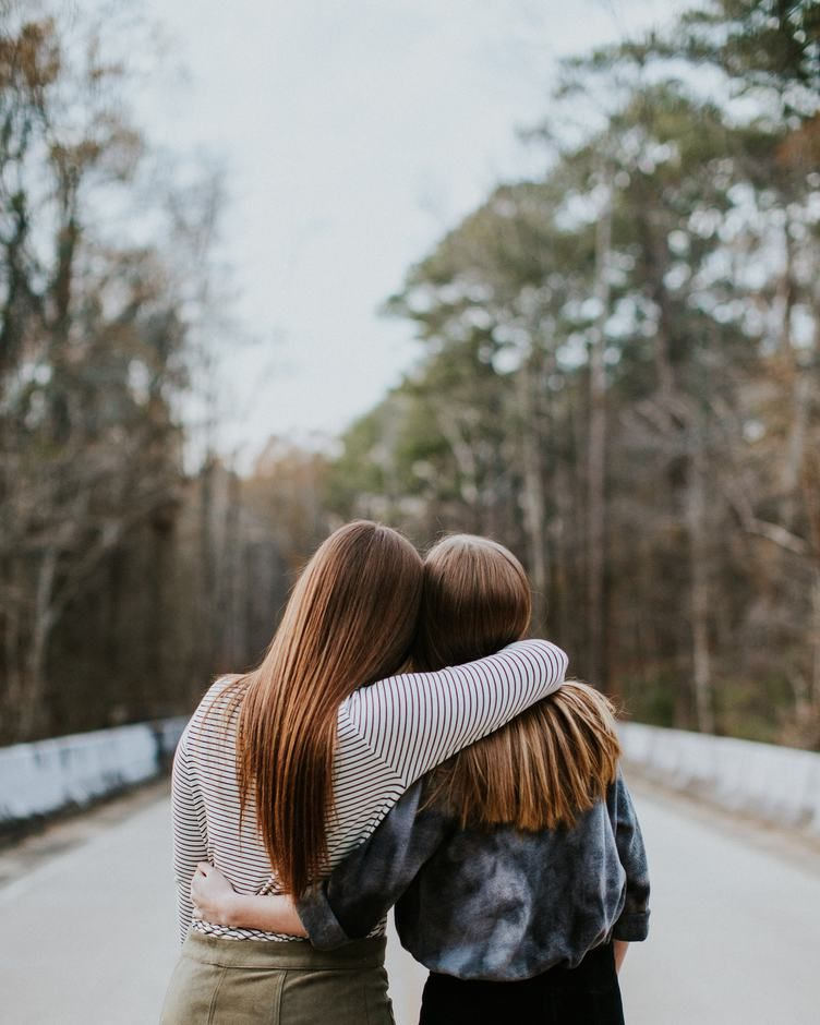 10 Puisi Tentang Persahabatan Sejati Yang Menyentuh Hati