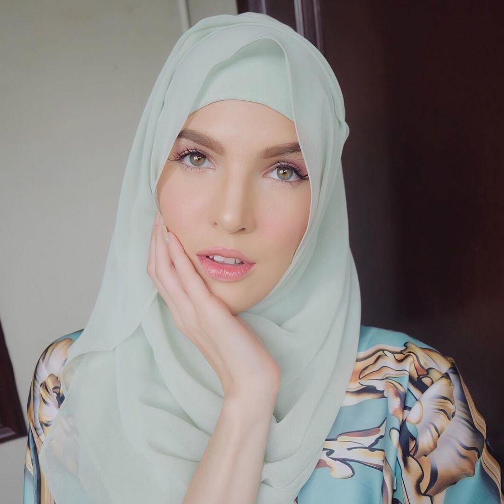 10 Potret Cantiknya Mikaila Patritz Istri Fardhan Khan Saat Berhijab